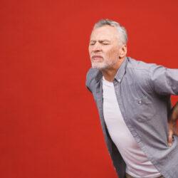 Не остеохондроз: на что указывает боль в спине у пожилого человека?